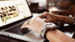 Nên chọn mua đồng hồ hàng chính hãng hay xách tay?